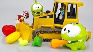 Ам Ням и Щенячий патруль против Трактора. Игрушки для детей