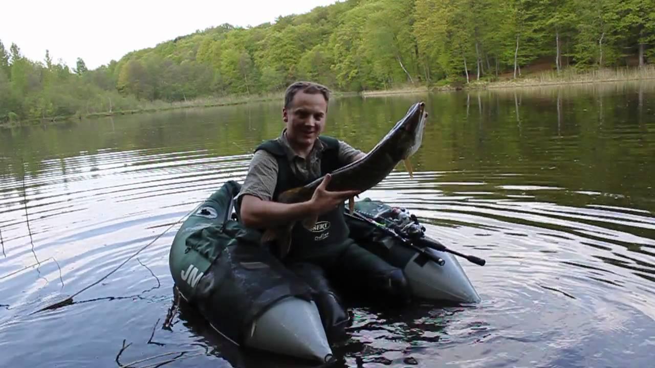 La pêche sur la rivière avec la sonde acoustique de vidéo