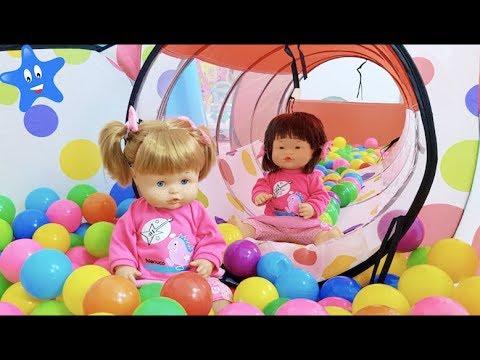 ANI y ONA se divierten en su SUPER CUARTO DE JUEGOS con la muñeca bebé Nenuco masajitos