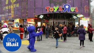 "2015: Toys ""r"" Us Closes Doors On Flagship Store In Times Square - Daily Mail"