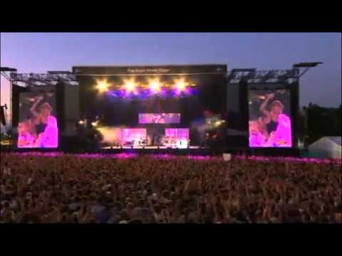 Rihanna - Cheers (Drink to That) (Live At V Festival 2011)