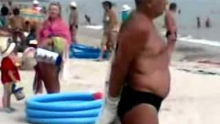 Пьяный мужик одевает трусы вместо майки  Прикольное видео скачать бесплатно