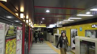 銀座線1000系が停車中の東京メトロ浅草駅の1番線ホームを歩いた景色