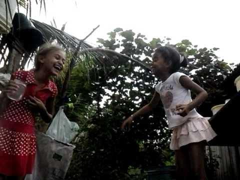 Meninas Brincando com ÁGUA