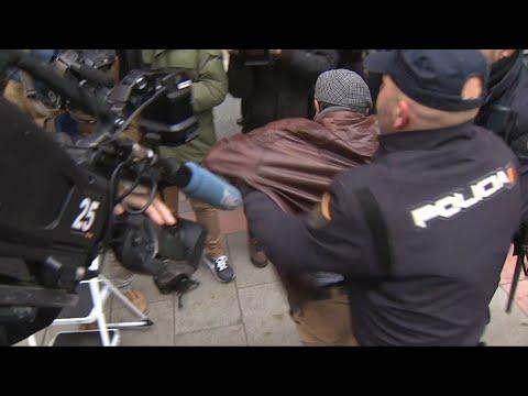 Agentes De Policía Reducen A Un Hombre En La Sede Del PSOE En Ferraz