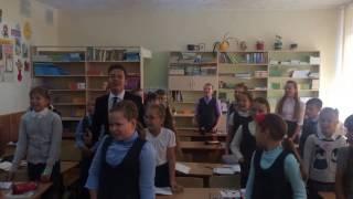 Дети в школе поют хей патимейкер