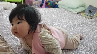 (육아일기) 7개월 아기, 혼자 엎드려있다가 자세 바꿔…