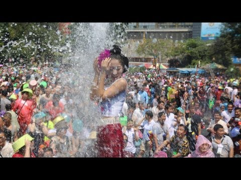 Water splashing festivities in SW China's Yunnan Province