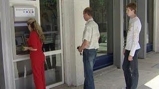 В Минске у нескольких сотен людей похитили деньги с пластиковых карточек(Преступники устанавливали на банкоматах специальные считывающие устройства -- скиммеры. Украденные данные..., 2013-06-25T18:58:50.000Z)