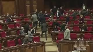 Армения - Потасовка произошла на внеочередном заседании парламента