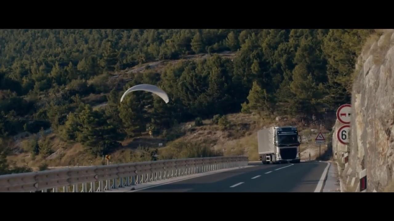 Опасный полёт на параплане !!! Экстремальный полёт под мостом за фурой VOLVO !!! Экстрим и драйв !!!