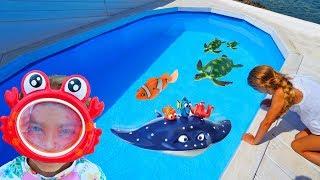 Las Ratitas pretend play en la piscina con sus juguetes de colores toys for kids with pool