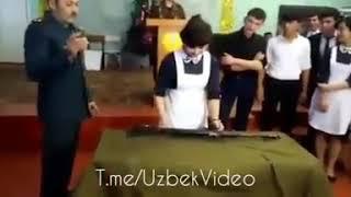 Девушки школьники разберают и собирают автомат Калашникова рекордно бистро