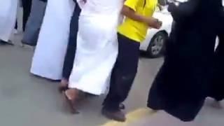 بالفيديو...شجار قوي بين الرجال والنساء أمام الحرم المكي