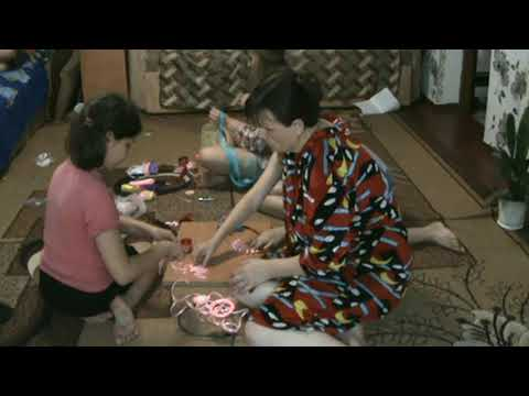 Девчёнки занимаются рукоделием (Girls do needlework)