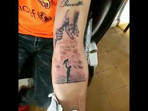 Tatuaje De Manos De Padre E Hijo Realismo Negro Y Gris