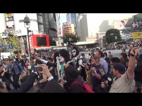 KISSONLINE EXCLUSIVE: KISS walks through Shibuya - Tokyo