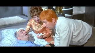 Louis de Funès: Le Petit baigneur (1968) - Je crois qu'il veut vous embrasser...