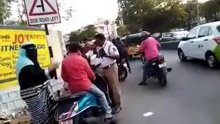 Hyderabadi Aunty fight with Traffic Police/kiraak Hyderabadi's.