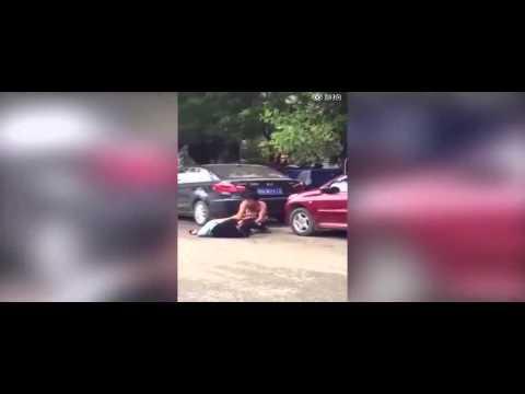 Trung Quốc: Cặp đôi đánh nhau, lột đồ giữa đường