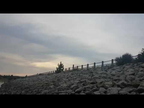 Canadair de combate a incêndios abastecer na barragem de Bouça-Cova