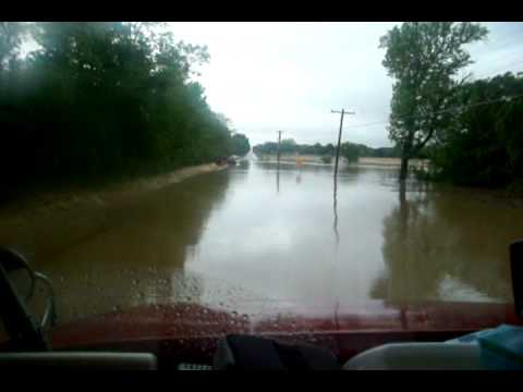 'TRUCKING' .....TENNESSEE FLOODED ROADS..wmv