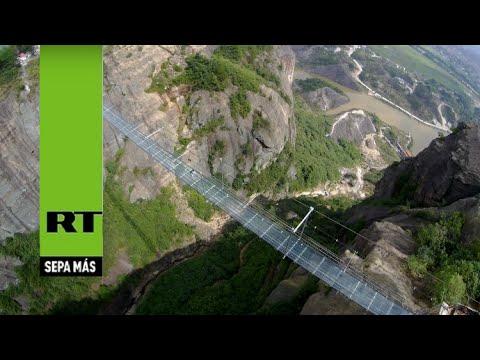 Vea y tiemble: Así es un puente colgante chino de vidrio