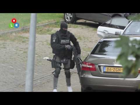 Arrestatieteam valt binnen in woning Monseigneur Nolenstraat in Alkmaar