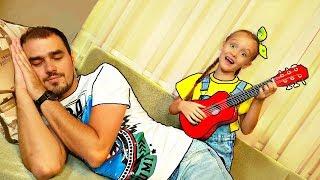 Nastya toca instrumentos musicales, juguetes y despierta a papá - diversión familiar en la vida real
