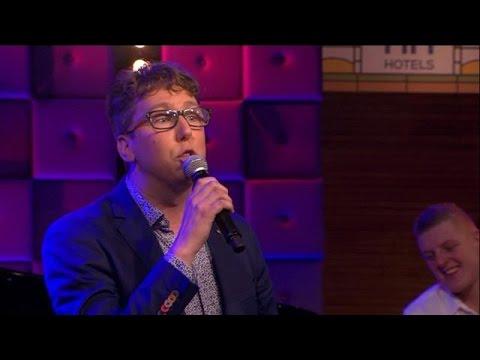 Arijan 'Adje' van Bavel heeft een verrassing voor Paul de Leeuw!  - RTL LATE NIGHT