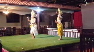 Танец тайских девушек в национальных костюмах -  Dance Thai girls in traditional costumes(Самые интересные видео! Смотрим вместе! Зарабатывайте на ваших видео - http://goo.gl/Bs3Hhp., 2016-01-23T15:03:08.000Z)