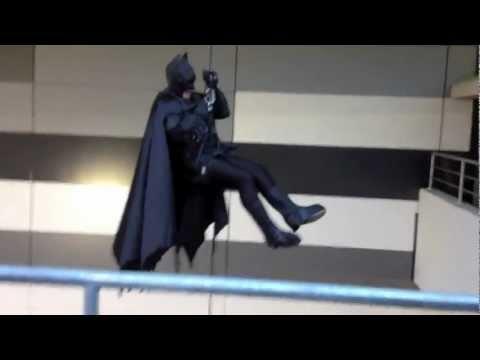 Lik se spusta sa Citya obucen u Batmana