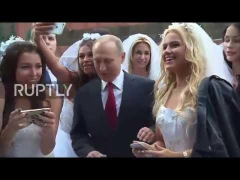 Russia: Putin mobbed