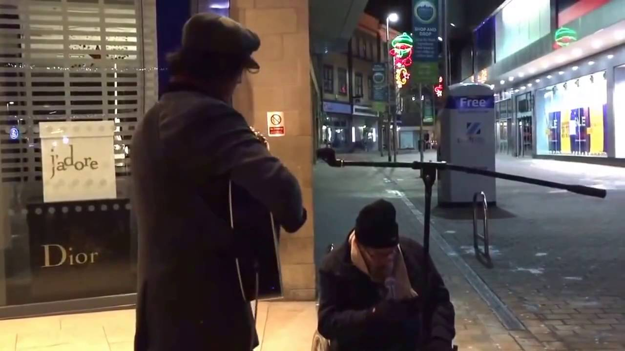 Бездомный исполнил Summertime под аккомпанемент уличного музыканта и покорил интернет!