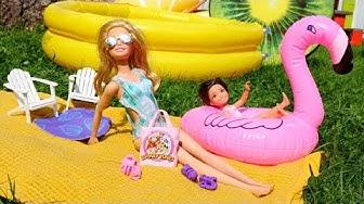 Leikkejä Barbie. Lelut menevät uima-altaalle. Videoita pienille tytöille.