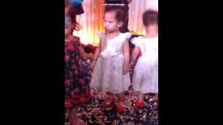 2 chị em sinh đôi Trang - Trâm 2015 Nhảy múa ở đám cưới 2