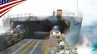 海上自衛隊「輸送艦おおすみ」のウェルドックに入る米海軍のLCAC (エア・クッション型揚陸艇)