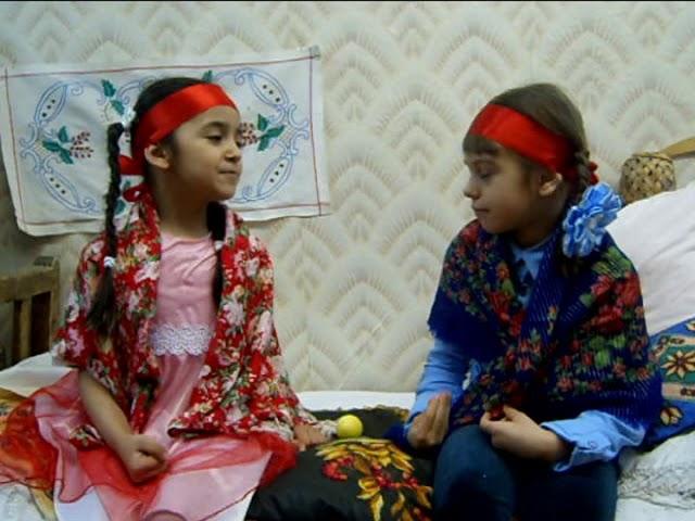 Изображение предпросмотра прочтения – ВикторияАмбарцумян читает произведение «Сказка Курочка Ряба» (Русский фольклор )