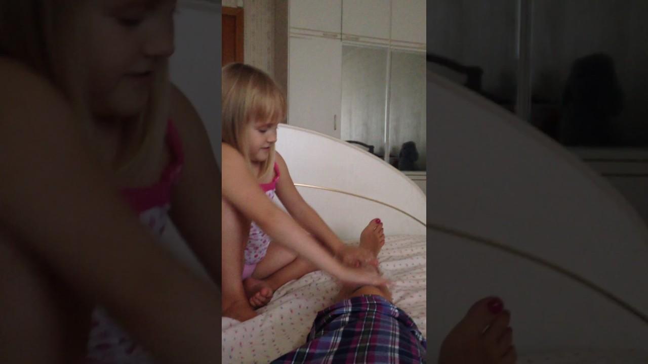 Брат и сестра делают массаж