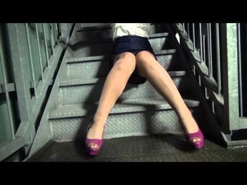 ナチュラル パンスト・ピンクのサンダルヒールで階段!デニム ミニスカ オールスルー光沢マチナシセンターシームストッキング