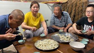 【食味阿远】老妈今天包饺子,阿远今天可以偷懒了,叫上大伯和小姑过来一块吃   Shi Wei A Yuan