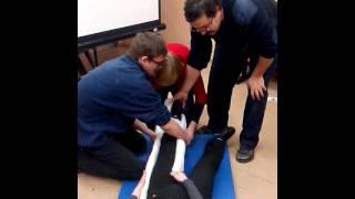 видео Правила оказания первой медицинской помощи при переломах костей конечностей, позвоночника, ключицы, таза, стопы, руки