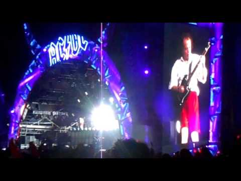 AC/DC – AXL ROSE STANDS UP AFTER AMAZING GUITAR SOLO