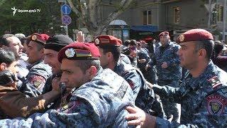 Ոստիկանները բռնի ուժով Ամիրյան-Մաշտոց խաչմերուկն ազատեցին ցուցարարներից