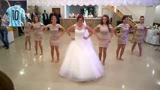 شاهد كيف رقصت العروس ع اغنية ياليلي ويا ليلا رووووووعه. 😘😜