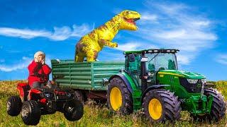 Динозавр забрался на Синий Трактор  Малыш на тракторе помогает и кормит Динозавра