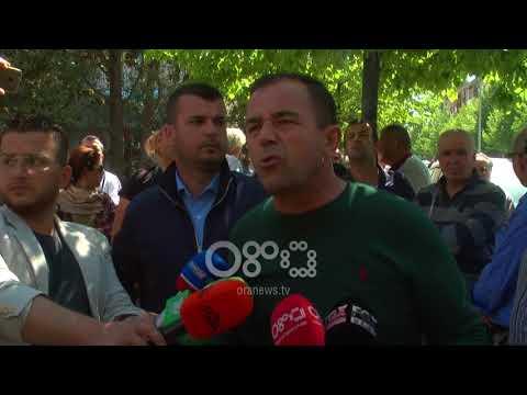 Ora News - Protesta kundër TVSH, tregtarët e vegjël në Vlorë vezë drejt Prefekturës