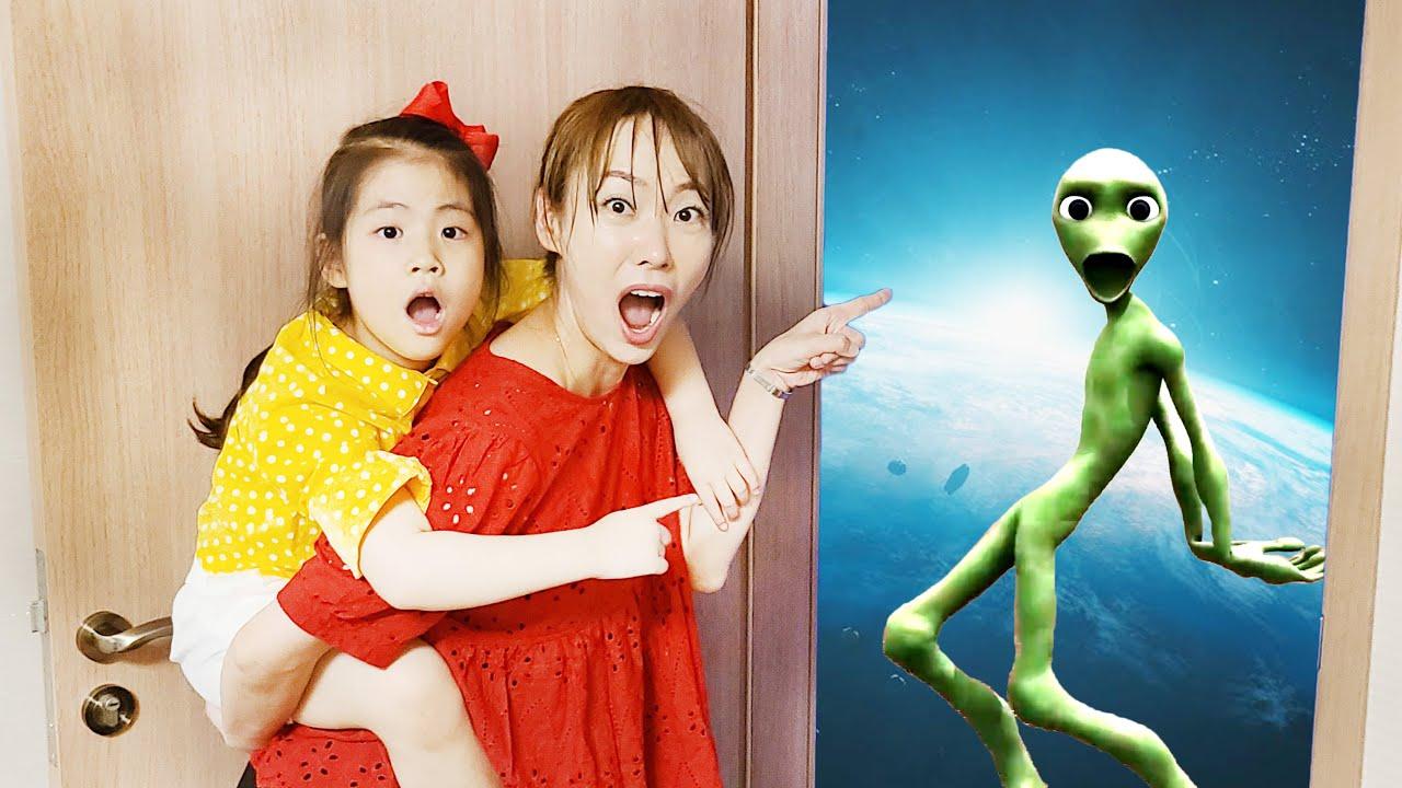외계인한테 춤을 배워봐요!! 서은이의 외계인 춤 상어 문열기 파란천 놀이 Seoeun dance with Alien