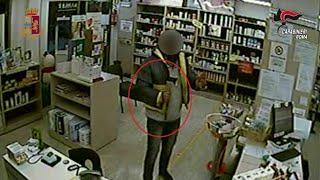 Roma, rapinavano negozi armati di ascia: così sono stati arrestati