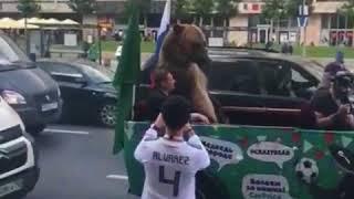 В центре Москвы медведь показывает непристойные жесты болельщикам